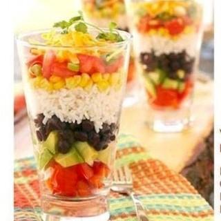 Κρύο ρύζι σε σαλάτα για το καλοκαίρι