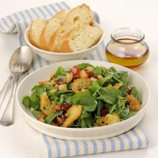 Σαλάτα με μαρούλι και κρουτόν για δίαιτα
