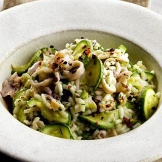 Καλαμαράκια με ρύζι κα κολοκυθάκια με λίγες θερμίδ