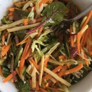 salata me ospria kai baby greens